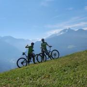 Die Guides posieren für ein Foto vor einem Bergpanorama