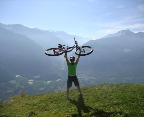 Sandra hält ihr Bike voller freude in die Höhe