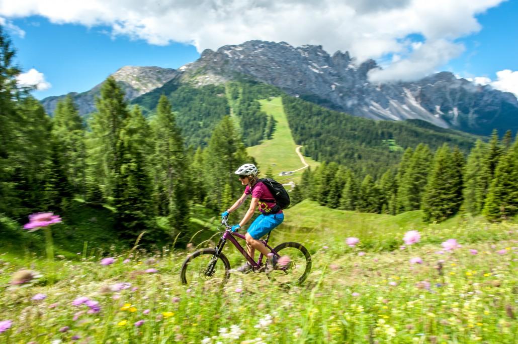Eine Fahrt über eine Wiese mit den Dolomiten im Hintergrund