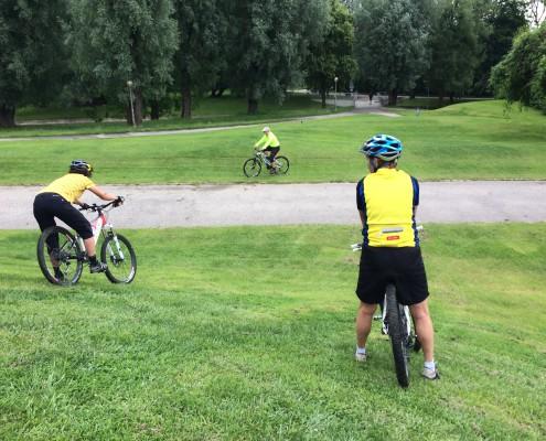 Beim Technik Training wird das Bergab über Gras fahren geübt