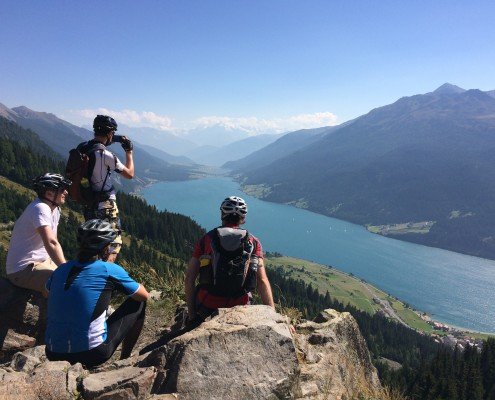 Pause an einem Aussichtspunkt mit Blick ins Tal